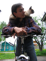 2006.05.27 Bicycling with my Suzdal friend's Siamese cat.