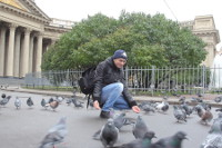 2015.10.25 Doves near the Kazan Cathedral are skilful – not willing to eat from empty hands :-)