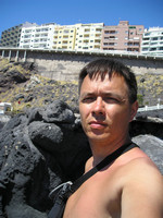 2016.05.27 I also do selfies!.. :-) On the beach of Playa Chica, a view from the beach to the road above