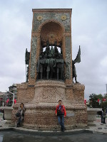 2017.09.30 Is is hard to be photographed alone at the Monument of the (Turkish) Republic (Taksim Square, Istanbul)