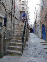 2018.09.07 In narrow stone streets of the Old City of Jerusalem with a mess of wires it is cozy anyway, and even ramps are almost everywhere