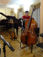 2018.12.28 A contrabass (of the Vladimir Gubernatorial Symphony Orchestra) is not a violin, you cannot hold it on a shoulder!.. :-)