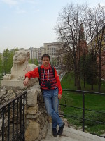 2019.04.27 With a grinning lioness over the grotto in the Alexandrovsky Garden.