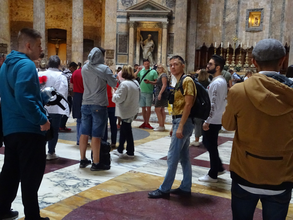 2019.10.03 Inside the Roman Pantheon it is rather crowded.