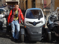 2019.10.03 While in Russia the smallest Renault – 1-seat electric Twizy – is only sold, in Rome it drives around and parks where others can't! :-P