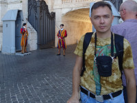 2019.10.03 With strict Swiss guards, guarding the Vatican since 1506 in the uniform made from Michelangelo's drawings, you cannot take a picture any closer.