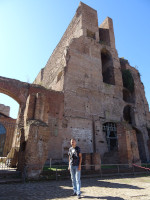 2019.10.04 By the remains of the giant library of the Temple of Augustus (Bibliotheca Templi Augusti) or of the Palace of Tiberius (Bibliotheca Domus Tiberianae) on the Palatine Hill.